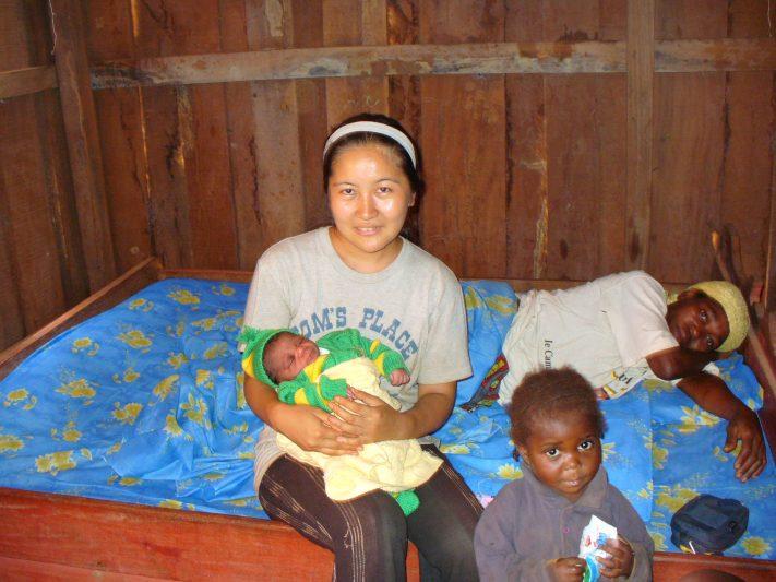 出産直後の新生児を抱く戸田。